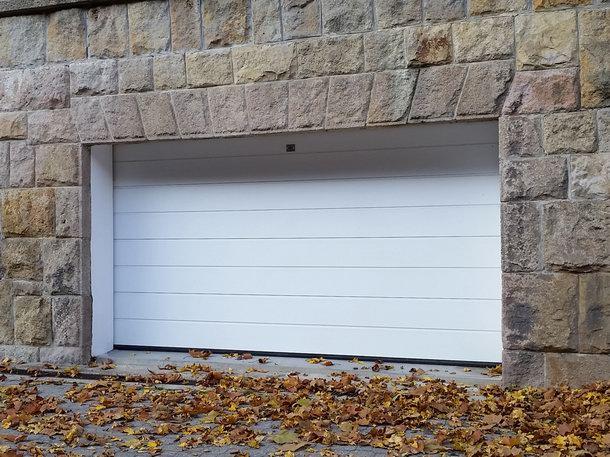 Elegáns kaputechnika a fehér garázskapu